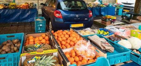 Markthandelaren in Baarn bouwen kraam om auto foutparkeerder heen