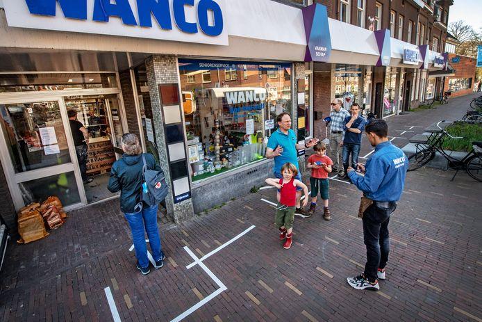Bij doe-het-zelfzaak Wanco in Nijmegen wordt de 1,5 meter afstand al gehandhaafd.