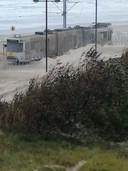 De kusttram rijdt zich vast in het zand