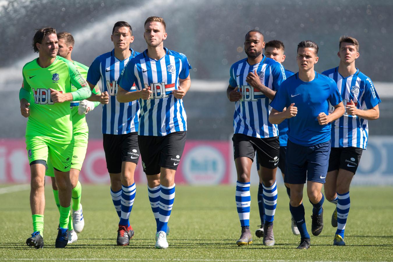 Rechts op de foto, in het egaal blauwe trainingsshirt, het nieuwe lid van de A-selectie: Byron Burgering.