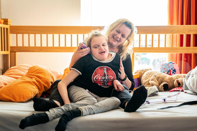 Moeder Alies Kap met haar lichamelijk en verstandelijk gehandicapte dochter Laura (16).