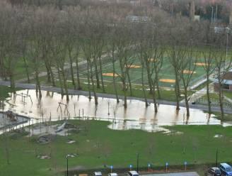 Spontane breuk in waterleiding zet speeltuin Rivierenhof helemaal blank