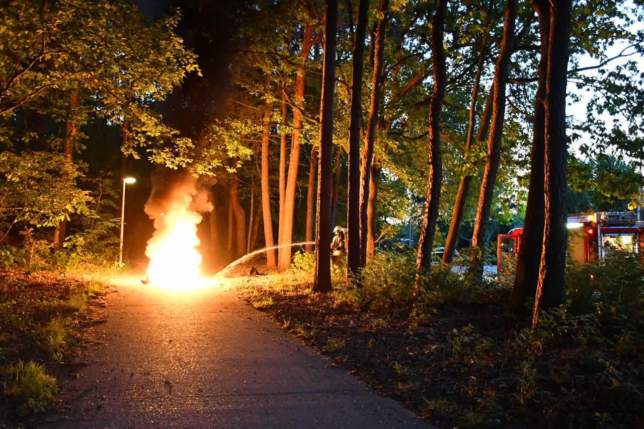 De scooter vloog tijdens het rijden in brand.