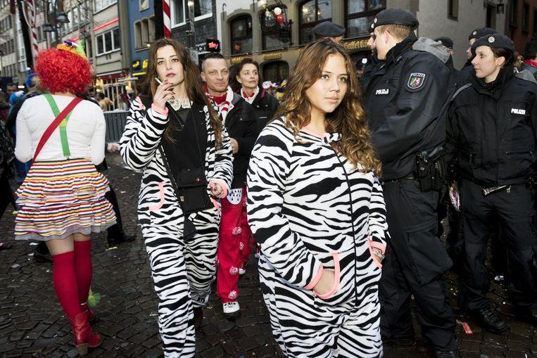 Carnaval in Keulen: mensen in kostuums en politie op de been. Beeld Sanne de Wilde