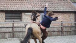 VIDEO. Sergio valt van paard tijdens opnames videoclip 'Cowboy Billy'