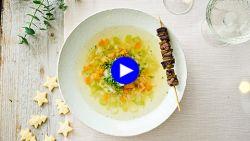 Van gewoon groentesoepje naar feestelijk voorgerecht met één poepsimpele toevoeging (op een stokje!)