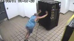 VIDEO. Man probeert snoepautomaat te stelen