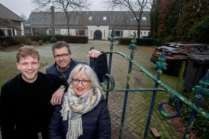 Anny en Arno van den Berg en zoon Aaron willen in het oude schoolgebouw een begeleid wonen project.
