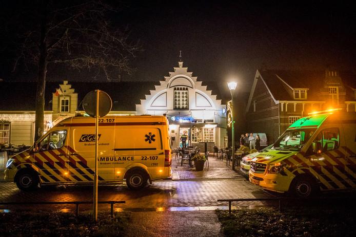 Hulpdiensten voor het café in Nuenen waar vrijdagnacht een man na een geweldsincident om het leven kwam.