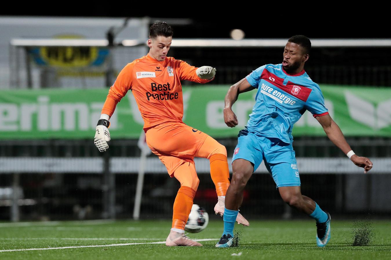 Nick Olij in actie tegen FC Twente.