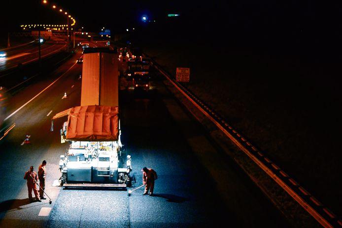 De A15 bij Gorinchem gaat - net als al eerder gebeurde - dicht voor een nieuwe asfaltlaag. (foto ter illustratie)