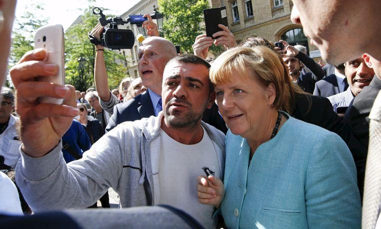 Bondskanselier Merkel bracht vorige week donderdag in Berlijn een bezoek aan een opvangkamp voor asielzoekers. Beeld reuters