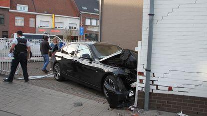 Wagen knalt na uitwijkmanoeuvre in gevel
