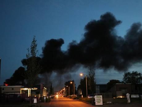 Grote brand bij sloopbedrijf in Enschede onder controle