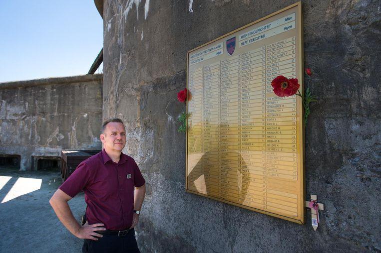 Herbart Beyers bij de gedenkplaat voor de gesneuvelden in het Fort van Breendonk.