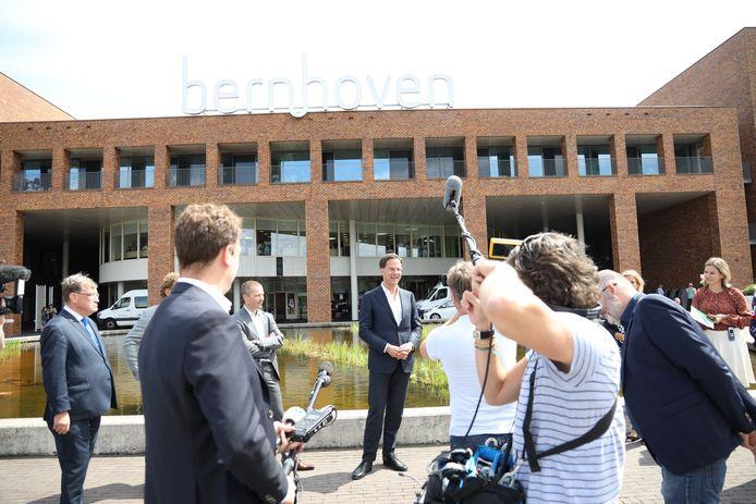 Premier Mark Rutte brengt bezoek aan ziekenhuis Bernhoven in Uden.