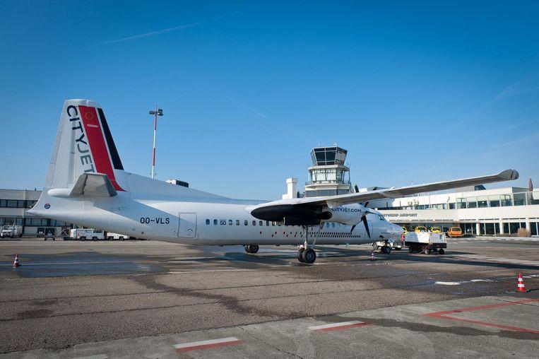 Een vliegtuig van CityJet op de luchthaven van Deurne.