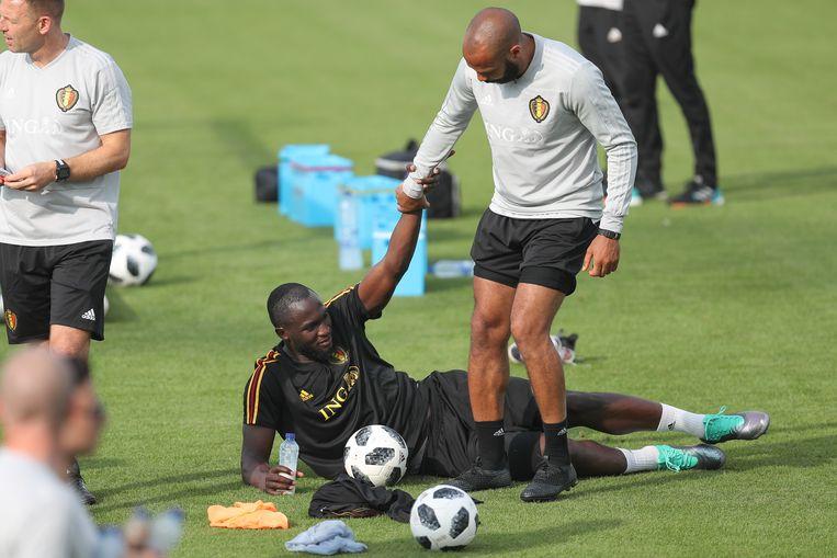 Romelu Lukaku en Thierry Henry slaan de handen in elkaar.