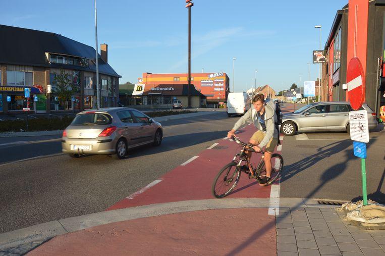 Een fietser komt uit de Outerstraat en rijdt de rotonde op.