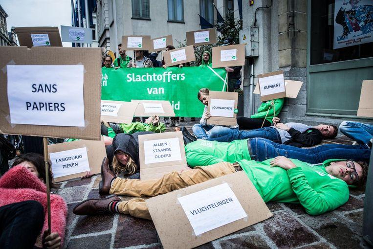Manifestanten van Jong Groen liggen op de grond aan het NH Hotel.