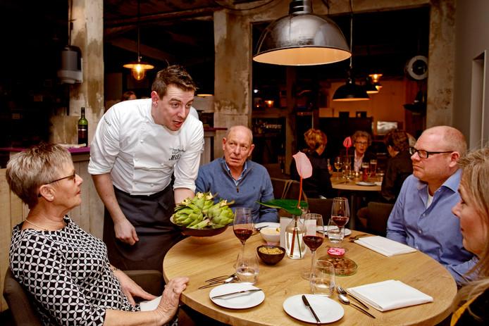 Chefkok Joppe Sprinkhuizen serveert een amuse van artisjokken in restaurant Sillyfox.