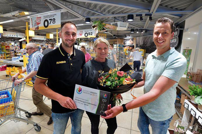 De ene Broos geeft bloemen aan de andere Broos. Toch is Jurgen Broos geen familie van Diana Broos, samen met ega Sebastian Frik eigenaar van de Jumbo supermarkt in Oud Gastel.