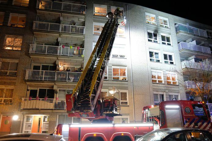 Bij de brand is de bewoner ernstig gewond geraakt.