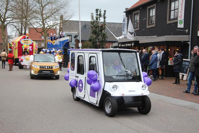 De Elektrocar zoals die sinds kort door Eibergen rijdt met passagiers aan boord en een vrijwilliger achter het stuur, voorop in de Eibergse carnavalsoptocht.