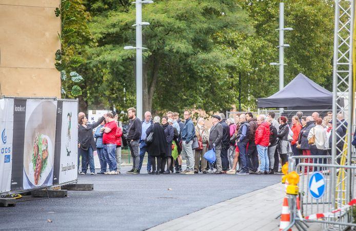 Brugge kookeet: lange rij wachtenden nog voor het aanvangsuur