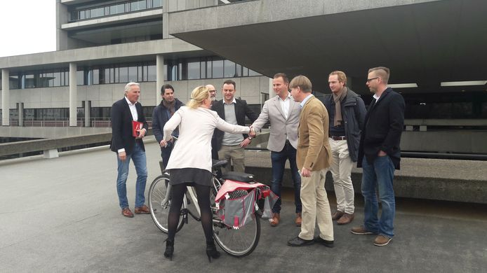 De Brabanders die namens Forum voor Democratie de Staten ingaan, stellen zich voor. Hier aan Hagar Roijackers van GroenLinks, die per fiets arriveert.