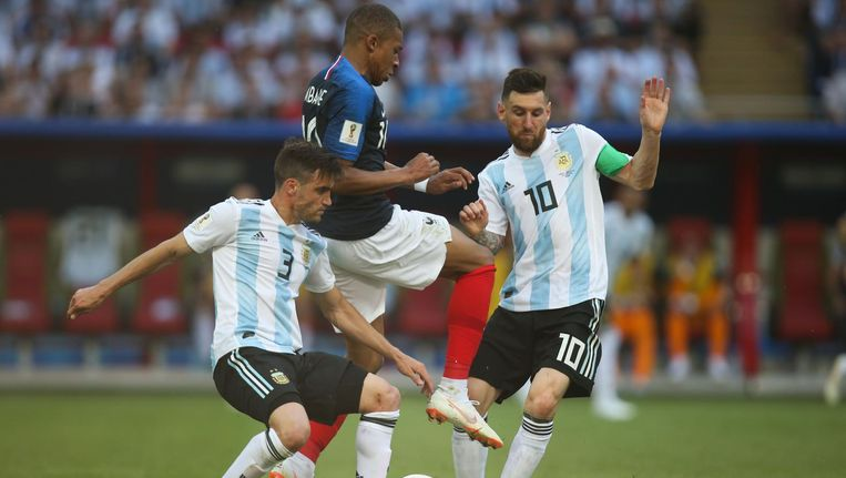 Tagliafico en Messi in duel met Mbappé. Beeld afp