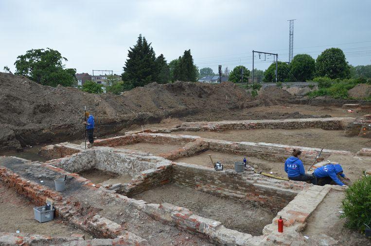 Archeologen hebben funderingen blootgelegd van een gastenverblijf van de Ninoofse abdij uit 17de eeuw.