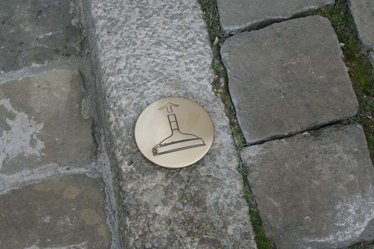 Het pad langs de diverse brouwerijen is aangeduid met grondplaatjes - brouwketeltjes