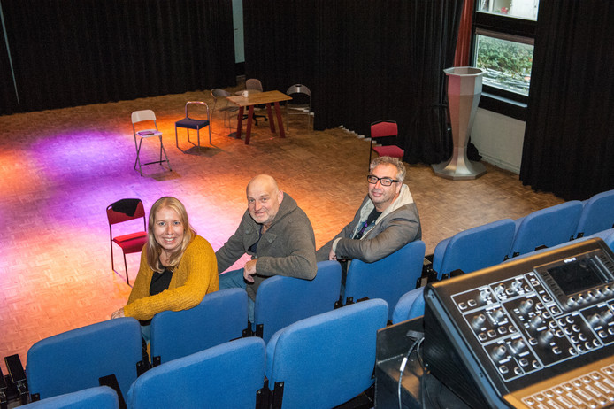Inge Bos, Ruud Bakker en John de Heij (vlnr) in hun Theaterbakkerheij. ,,Dit theater is klein, maar compleet'', concludeert Bakker.