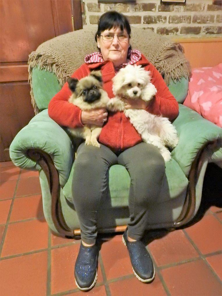 Marie-Louise Minnebo bekomt samen met haar hondjes.