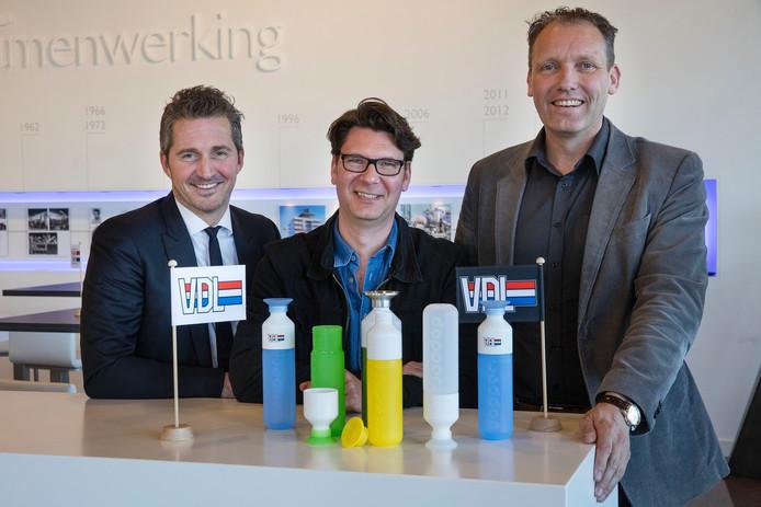 VDL'ers Bas van der Leegte (links) en Hans Meuleman (rechts) flankeren Dopper-oprichter Merijn Everaarts.