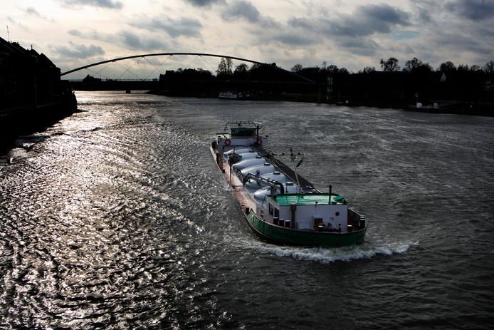 Een binnenvaartschip op de Maas door Limburg.