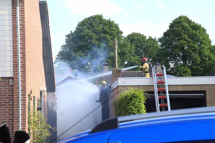 Brandweerlieden blussen de brand in Gemert.