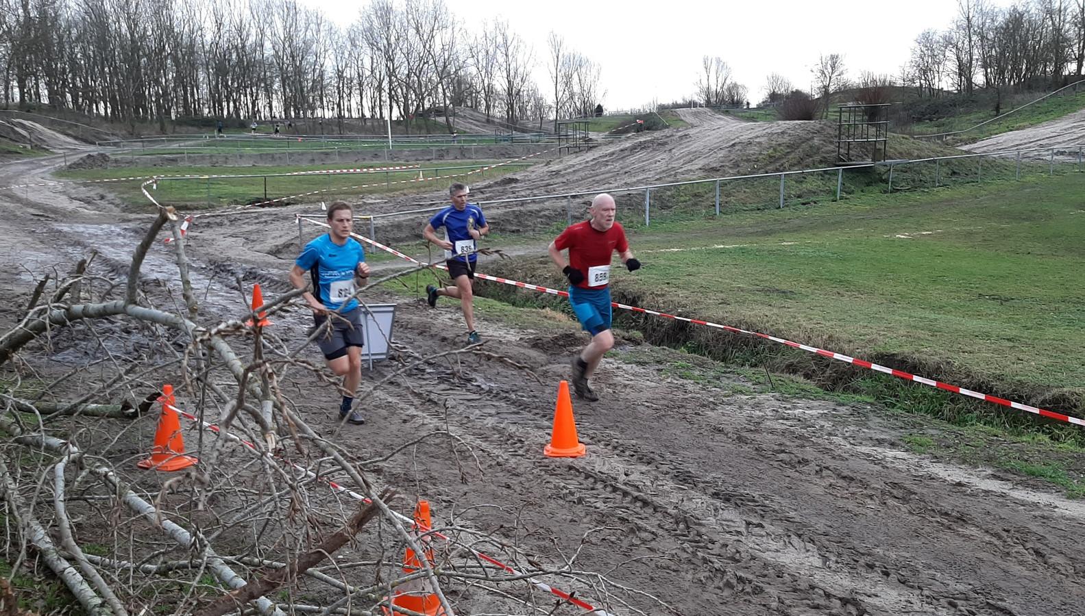 Rick Hendriks (links) snelt naar de finish. De lopers rechts moeten nog een ronde.