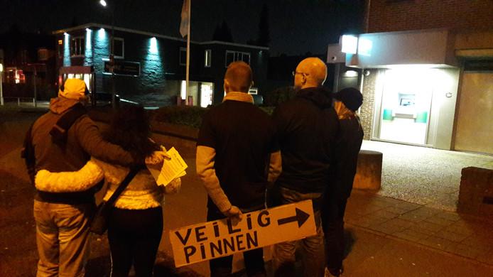 De mensen van Nijmegen Rechtsaf die woensdagavond voor het eerst surveilleren.