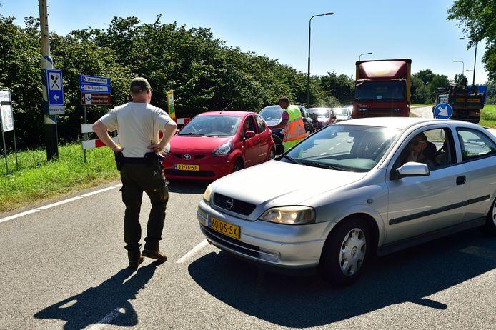 De parkeerplaatsen bij de Reeuwijkse Hout waren gistermiddag rond 15.00 uur geheel afgesloten.