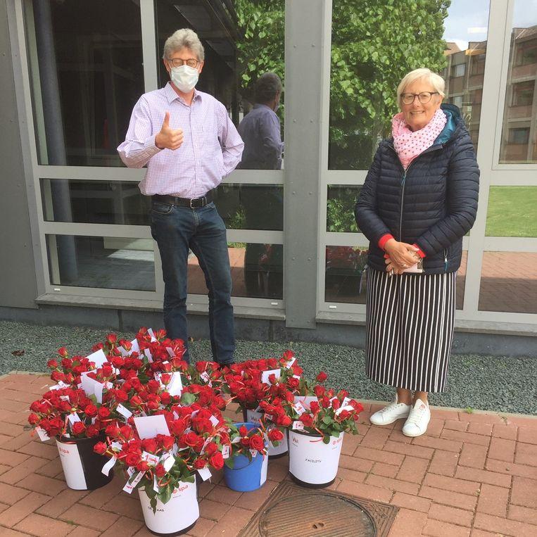 Sp.a en VIVA-SVV schonken naar aanleiding van 1 mei 355 rozen aan woonzorgcentrum Ten Weldebrouc in Willebroek.