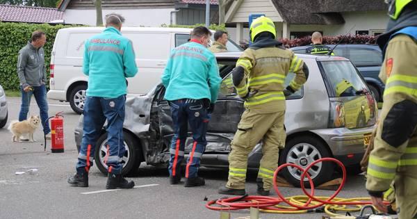 Bestuurster raakt bekneld in auto na aanrijding met bestelbus in Lunteren.