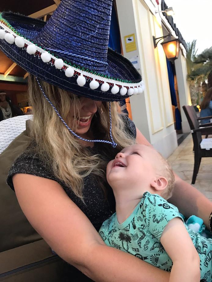 WEEKWINNAAR (1): Moeder Sylvana en zoon Givan genieten van een heerlijke vakantie in Lanzarote. Het is de eerste vakantie van het gezinnetje en duidelijk geen verkeerde keuze. Innig verliefd kijken ze naar elkaar, zoals alleen moeder en kind dat kunnen. Trotse oma Hennie Bool uit Ridderkerk stuurde de foto in.