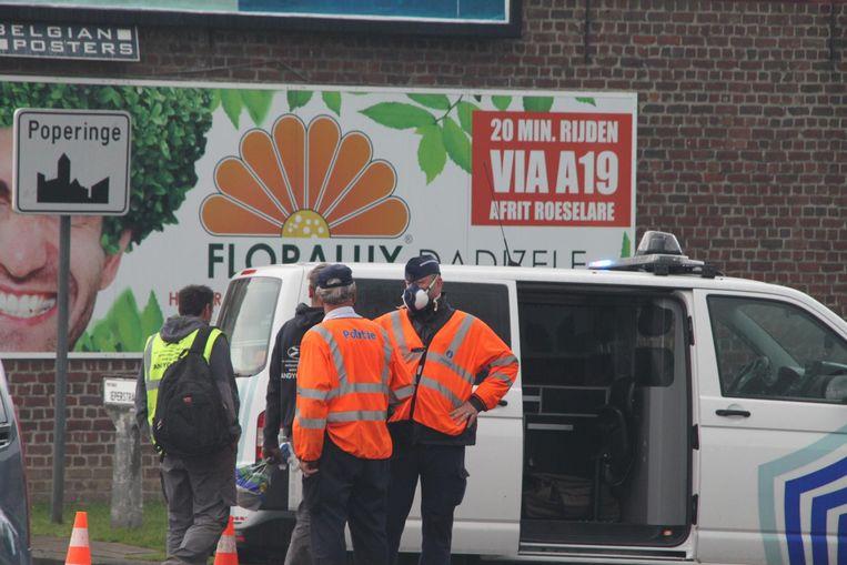 De agenten die het verkeer in goede banen moesten leiden, droegen ook een stofmasker tegen de hevige rookontwikkeling.