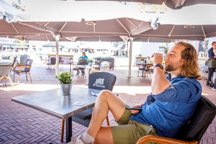 """Jetse Bos uit Steenwijk drinkt het eerste tapbiertje bij de Heren van de Rechter op de Markt in Steenwijk. ,,Ik was hier zo aan toe!"""""""