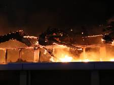Grote brand in Hoek van Holland: vlammen slaan uit dak van kringloopwinkel