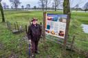 Jan Paul Bevoort van het Erfgoedplatform Gemeente Heumen bij  de restanten van het kasteel, die onzichtbaar onder het gras in de uiterwaarden liggen.