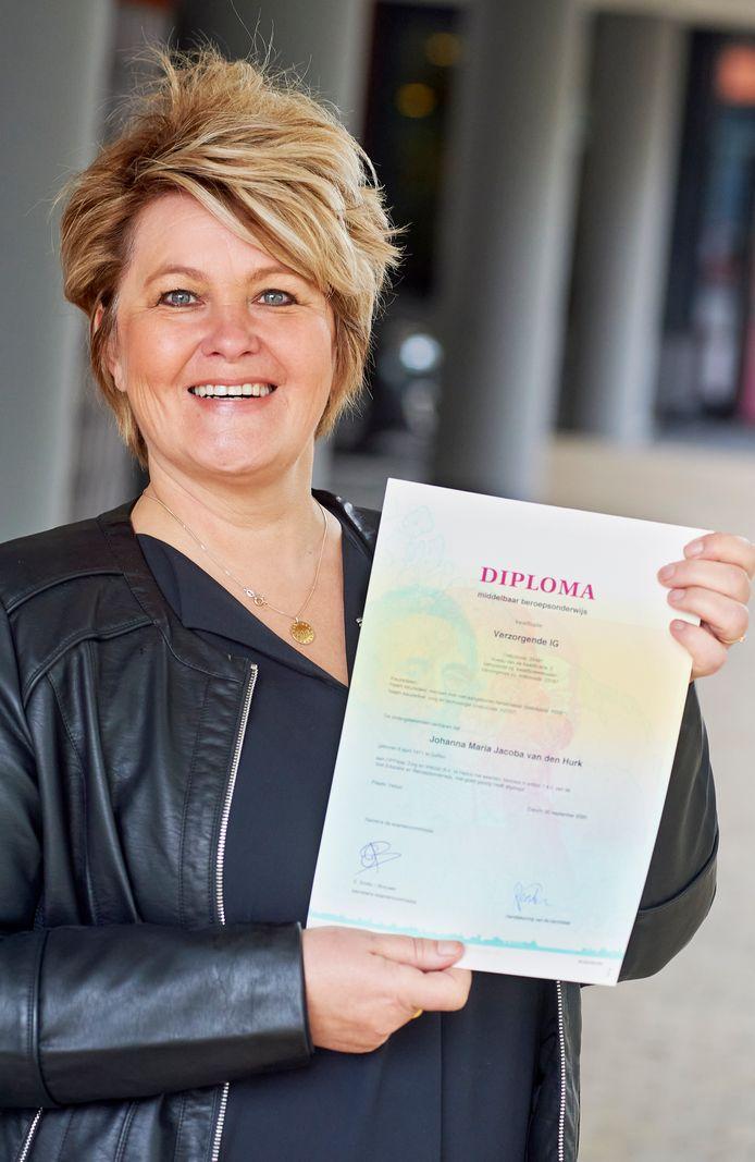 Annemarie Remi  met haar diploma. Ze werkt bij  Corte Foort in Oss.