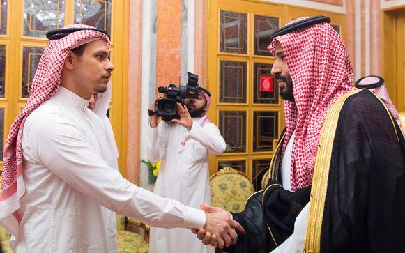 Salah Khashoggi (links) schudt de Saudische kroonprins Mohammed bin Salman de hand bij een eerdere ontmoeting.